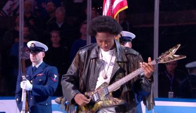 Новый Джимми Хендрикс исполняет гимн США на льду