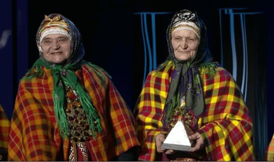 Бабушки и тёти латвийского баскетболиста НБА стали хитом интернета