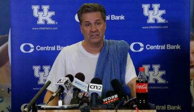 В ответ на критику тренер пришёл на пресс-конференцию в тренировочной одежде