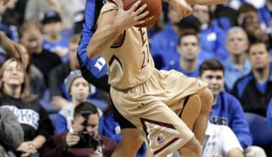 Баскетболист пнул соперника ногой и впал в истерику (видео)