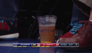 Пролитое пиво прервало матч студенческого баскетбола