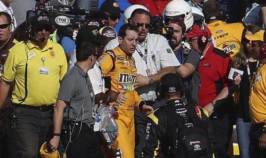 Два гонщика NASCAR подрались после аварии на финише гонки