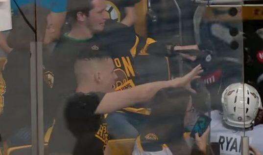 Болельщик «Брюинз» чуть не отобрал клюшку у игрока «Оттавы»