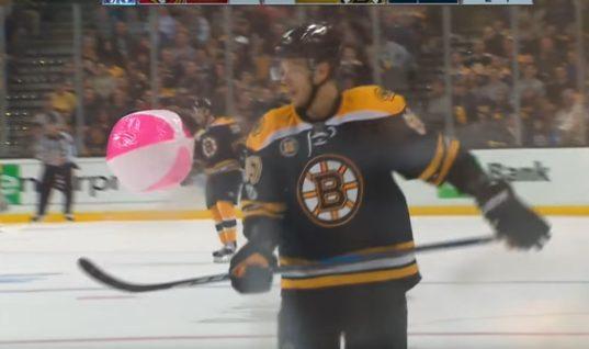 Надувной мяч чуть не прервал игру «Бостона» и «Оттавы»