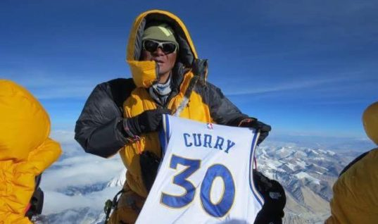 Майку Стефа Карри подняли на Эверест