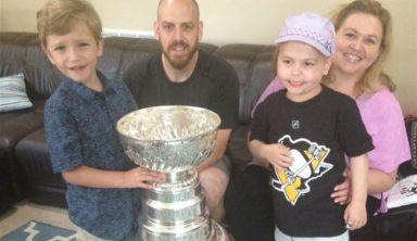Больной лейкемией девочке показали Кубок Стэнли