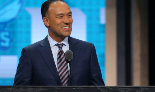 Фанаты НБА рассмешили замкоммисара во время церемонии драфта