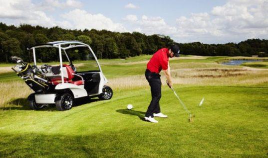 Гольфисты запустили странный флэшмоб с наездами гольф-каров на людей