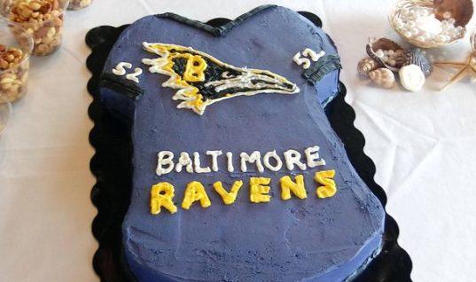 """Неудачный логотип на торте привёл в восторг болельщиков """"Рэйвенс"""""""