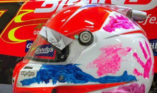 Гонщик NASCAR будет выступать в шлеме с милым дизайном от его дочери