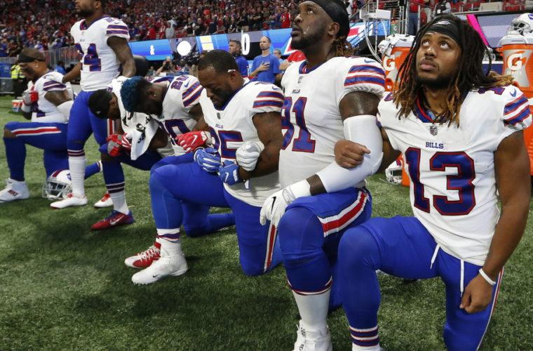 Многие игроки НФЛ продолжили акцию протеста во время исполнения гимна США