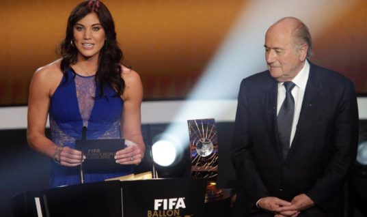 Голкипер сборной США по футболу обвинила экс-президента ФИФА в домогательствах