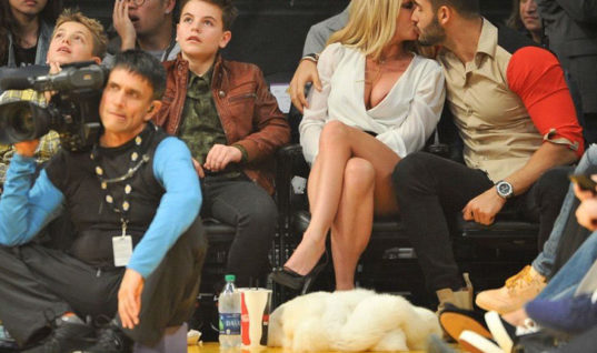 Бритни Спирс с бойфрендом отвлекла внимание от матча