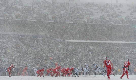 Ужасный снегопад не сумел сорвать матч по американскому футболу