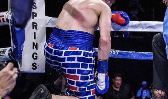 Мексиканец отправил в нокаут боксёра с нарисованной на шортах стеной