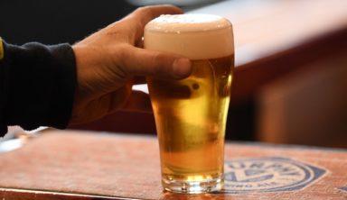 """Фанат """"Селтикс"""" спас пиво в столкновении с баскетболистом"""