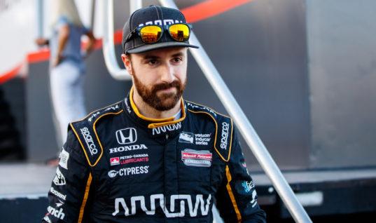 Гонщик IndyCar признался, что справил нужду в машине