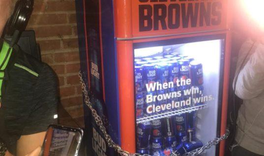 """Болельщики """"Браунс"""" получили обещанное бесплатное пиво после победы"""