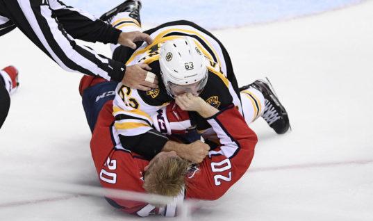 """Игрок """"Бостона"""" побил соперника за празднование гола"""