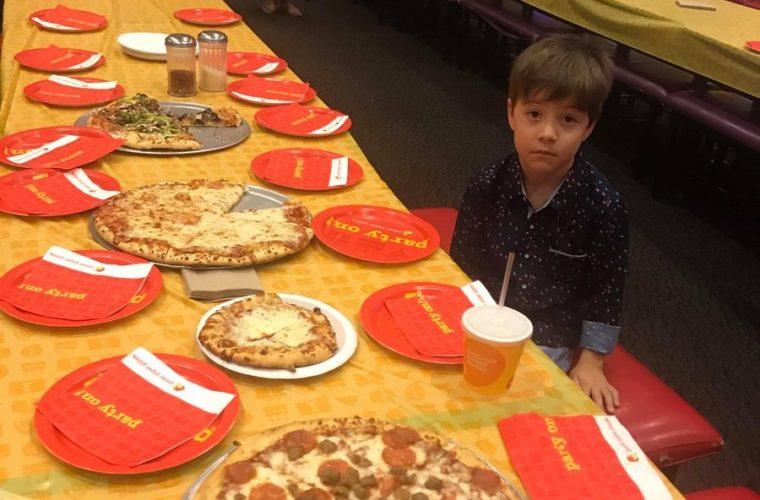Финикс устроил вечеринку мальчику, на чей день рождения никто не пришёл