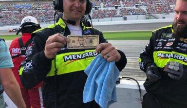 При очистке машины NASCAR механики нашли целые 5 долларов