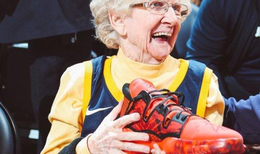 Игрок НБА подарил 102-летней фанатке свой кроссовок