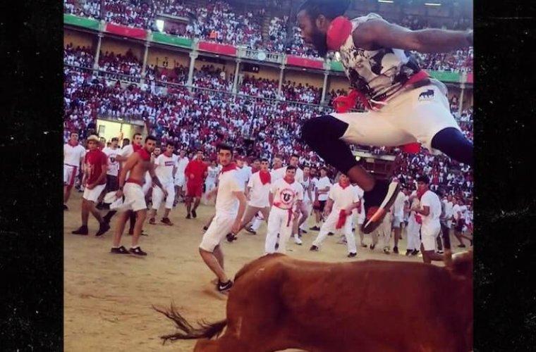 Игрок НФЛ перепрыгнул через быка и стал героем испанцев