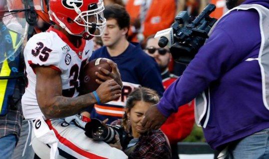 Девушка-фотограф показала снимок за секунду до столкновения с футболистом