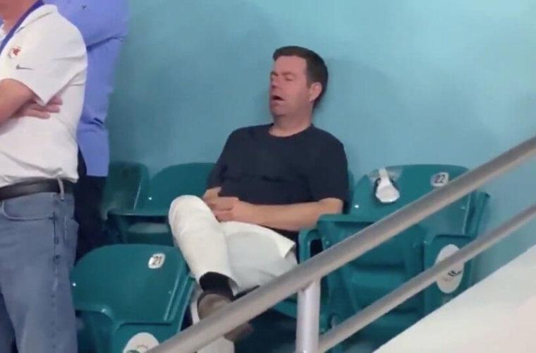 Заснувший на Супербоуле болельщик стал героем Интернета