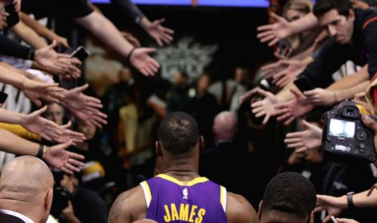 НБА рекомендует игрокам не давать фанатам пять и быть аккуратнее с автографами из-за коронавируса